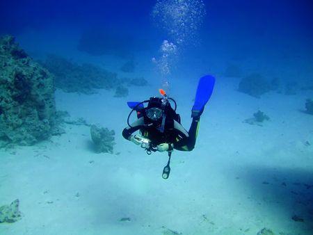 unexpectedness: Diver con c�mara en profundidad y burbujas. Underwater fot�grafo