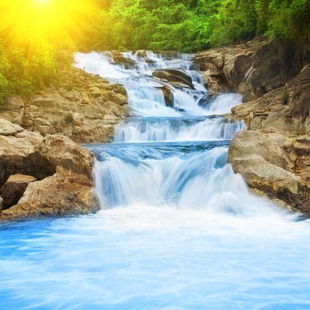the cascade: Hermosa cascada en el oto�o los bosques tropicales Foto de archivo