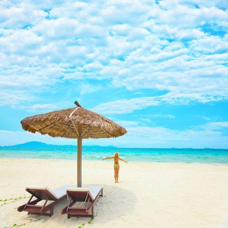 Woman enjoy sun on the tropical beach Imagens