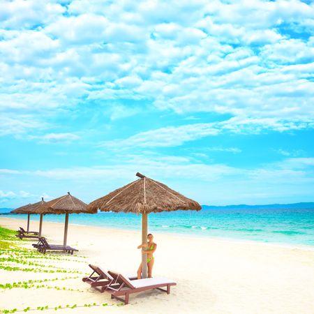 Junge Frau entspannt auf dem tropischen Strand Standard-Bild