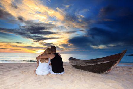 nue plage: Romantique en couple à l'île inhabitée au moment du coucher de soleil Banque d'images