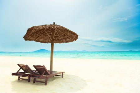 strandstoel: Sandy tropisch strand met ligstoelen in het zonnige dag Stockfoto