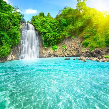 cascades: Prachtige water val van de Dambri in het tropisch regen woud. Vietnam