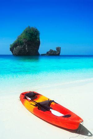 ocean kayak: Bright kayak en una laguna tropical. Isla de phi PHI