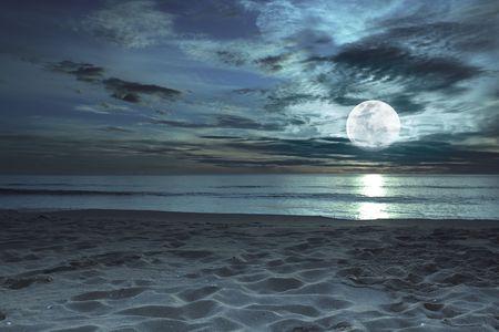 noche y luna: Hermosa playa en el crep�sculo de momento con la Luna en el cielo