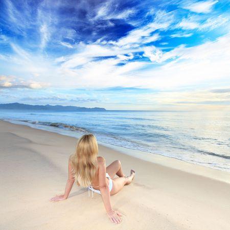 bahamas: Vrouw zonne baden op het strand bij zons opgang