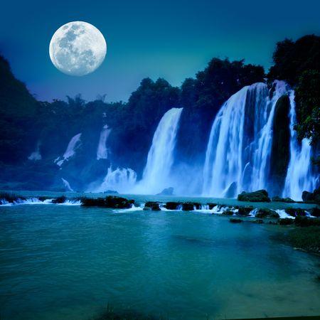 the cascade: Bella cascada bajo la luz de la Luna durante la noche Foto de archivo