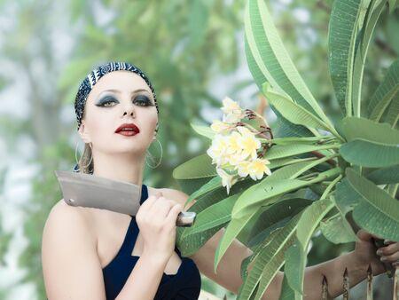 Mujer en el jardín de flores cortadas con un cuchillo  Foto de archivo - 6881844