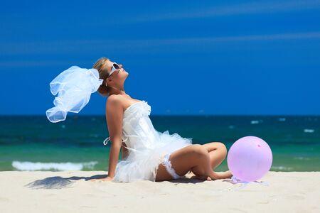 siervo: Hermosa joven novia en la playa tropical  Foto de archivo