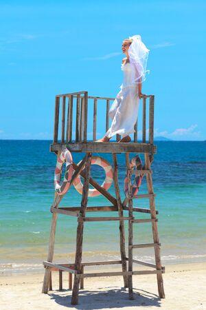 serf: Fianc�e jeune belle sur la plage tropicale  Banque d'images