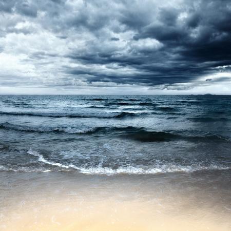 嵐の日で砂浜です。劇的な空