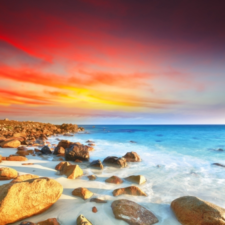 exposición: Salida del sol sobre el mar. Piedra en el primer plano