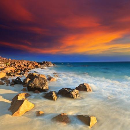 exposición: Salida del sol sobre el mar. Piedra en primer plano Foto de archivo