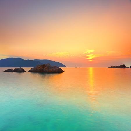 puesta de sol: Amanecer sobre el mar. Con Dao. Vietnam