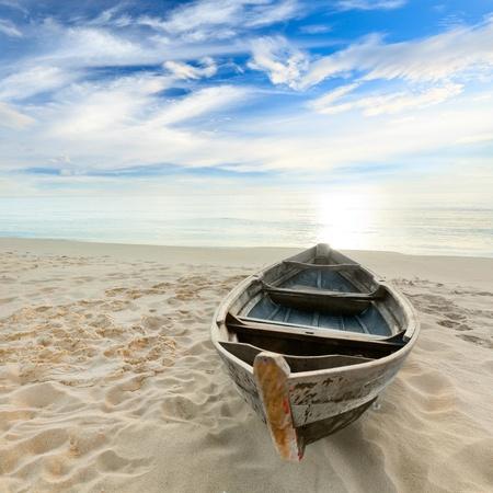 bateau de peche: En bateau sur la plage de temps de lever de soleil