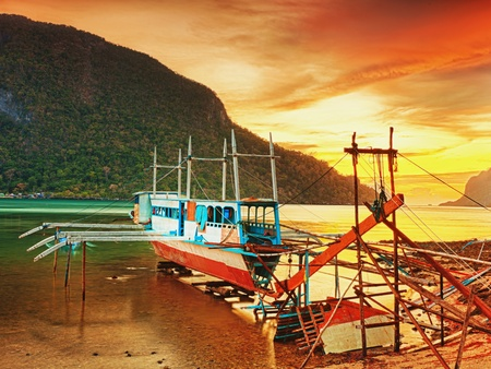 remount: Boat in dock at sunset time. El Nido. Palawan Stock Photo