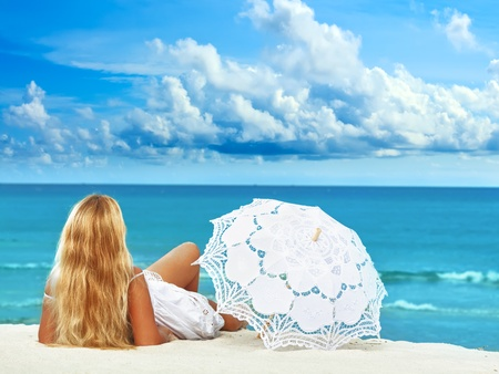 nue plage: Femme avec parasol sur la plage tropicale