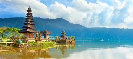 湖 Beratan のプラ ・ ウルン ・ ダヌ寺院。バリ島 写真素材