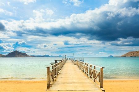 komodo: Baia di Komodo dell'isola. Pier in primo piano