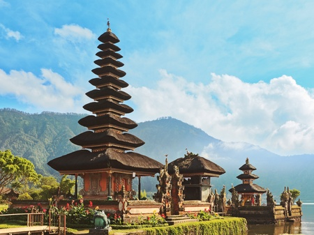 pura: Pura Ulun Danu temple on a lake Beratan. Bali
