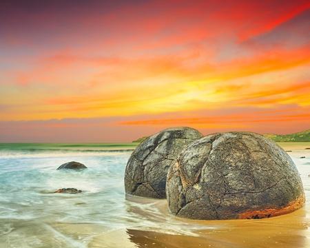 Moeraki Boulders bij zonsondergang. Nieuw-Zeeland