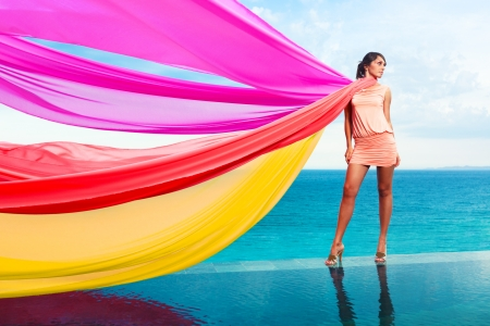 Vrouw met kleurrijke sjaals op het water