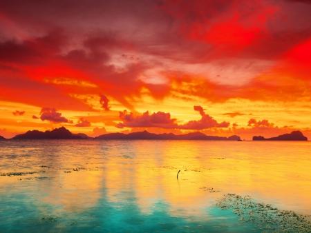 palawan: Fantas�a puesta de sol sobre el mar de Palawan en Filipinas