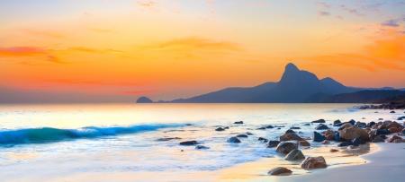 Zonsondergang over de zee Stone op de voorgrond Panorama Stockfoto