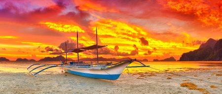 canoa: Bangka tradicional barco de Filipinas en el momento de puesta de sol