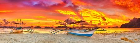 Traditionele Filippijnse boot bangka bij zonsondergang tijd
