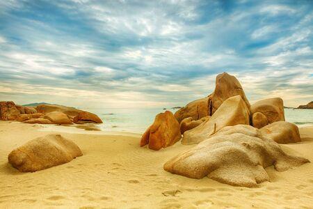 seychelles: 전경에서 아름 다운 해변의 돌