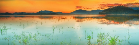 Panorama of a Lak lake at sunrise Imagens