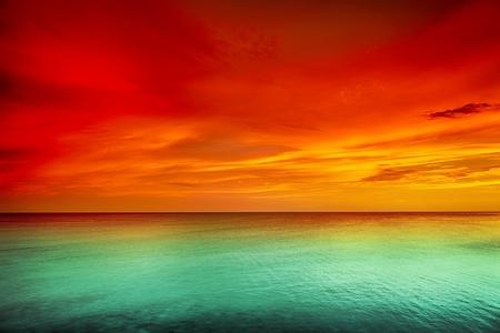 Prachtige zonsondergang over de zee Stockfoto