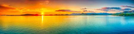 puesta de sol: Salida del sol sobre el mar. Panorama Foto de archivo