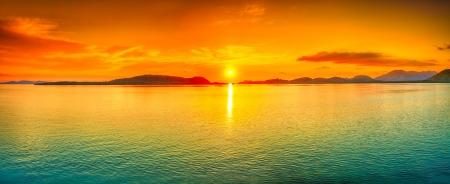Zonsopgang boven de zee. Panorama
