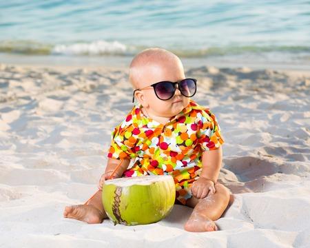 코코넛과 선글라스를 착용하는 재미 아기 스톡 콘텐츠