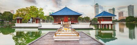 templo: Seema Malaka templo en el lago Beira. Colombo, Sri Lanka. Panorama