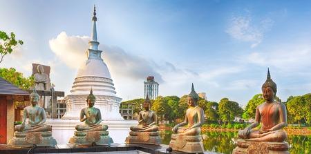 ベイラ湖にシーマ マラッカ寺院。コロンボ、スリランカ。パノラマ