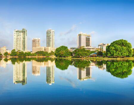 Colombo skyline. Uitzicht vanaf de Beira meer. Sri Lanka Stockfoto