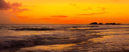 playas tropicales: Puesta de sol sobre el mar. Sri Lanka. Panorama