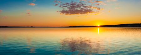 海の素晴らしい夕日は。パノラマ 写真素材