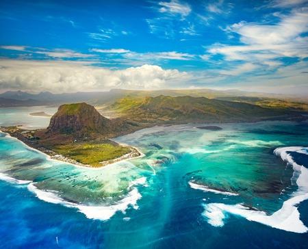Luchtfoto van de onderwaterwereld waterval en Le Morne schiereiland. Verbazend Mauritius landschap