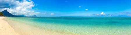 화창한 날에 모래 열 대 볼 마르 해변. 파노라마. 모리셔스