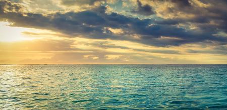 Vue sur la mer au coucher du soleil. Paysage incroyable. Panorama de l'île Maurice.