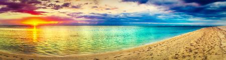 Vue sur la mer au coucher du soleil. Paysage incroyable. Belle plage de l'île Maurice. Panorama