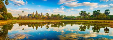 Tempio di Angkor Wat che riflette nell'acqua del laghetto di loto al tramonto. Siem Reap. Cambogia. Panorama Archivio Fotografico
