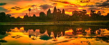 Tempio di Angkor Wat che riflette nell'acqua del laghetto di loto all'alba. Siem Reap. Cambogia. Panorama