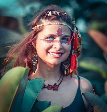 Retrato de una bella mujer étnica posando al aire libre. Maquillaje creativo