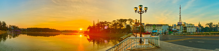 Amazing view of sunrise over Xuan Huong Lake, Dalat, Vietnam. Panorama 版權商用圖片