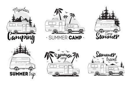 キャンプのトレーラー ロゴをセットします。キャンピングカーバン レタリング山、夏のキャンプ、旅行で風景の背景に。黒と白の構成のコレクショ